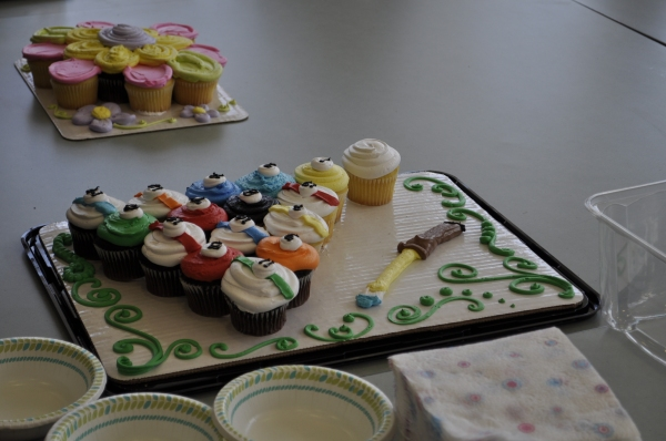 Our collection of creative and artistic cupcake cakes to share with the young artists - perfect for an artistic event!